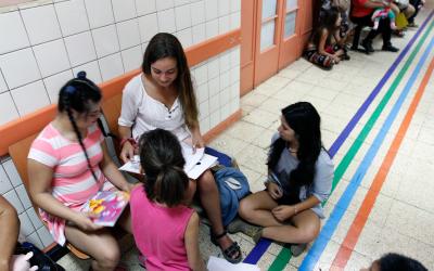 Alumnos de la UC entretienen a niños en salas de espera
