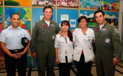 Pacientes hospitalizados reciben visita de funcionarios de la FACH
